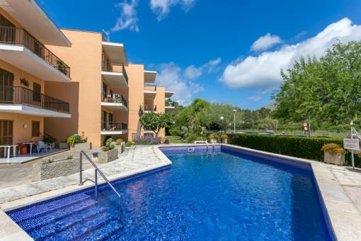 Renoverad lägenhet med underbar utsikt över bergen och havet och gemensam pool i Port Pollenca