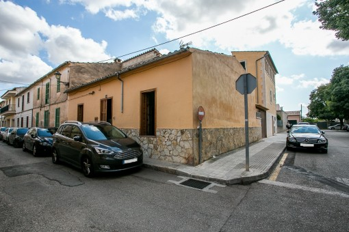 Village house with roof terrace and patio in a prime location in Santa Maria del Cami