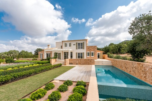 Unique country house on a 15,000 sqm plot...