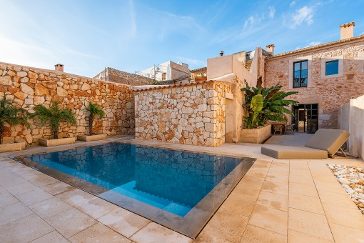Exclusive, beautifully renovated town house with pool in the heart of Santanyi