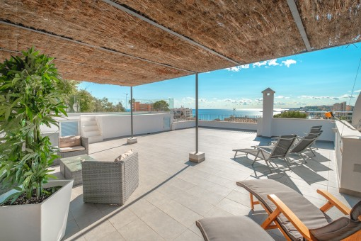 Sea-view villa with separate apartments,...